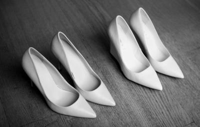 the-white-shoes-L-ayJRm0